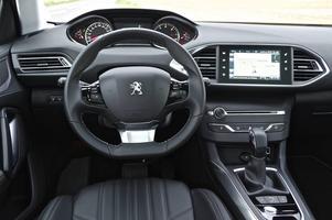 Udda lösningar i form av högt placerad instrumentering samt väldigt få fysiska reglage, de flesta funktioner styrs av pekskärmen. Den kompakta ratten ska ge en bättre körupplevelse enligt Peugeot. Påminner lite om känslan i gamla arkadspel, tycker vi.