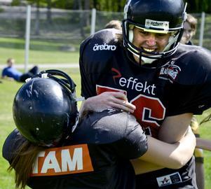 Tuff närkamp. Det var krafttag när tjejer och killar prövade amerikansk fotboll som leddes av spelare från Black Knights i Örebro.