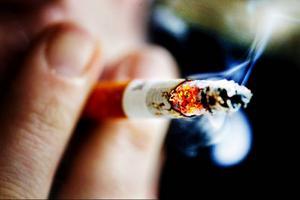 Fler rökfria miljöer skulle vara bra för vår hälsa, oavsett om vi är rökare eller inte enligt Folkhälsoinstitutet.