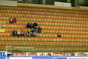 50 personer hade hittat till Eon Arena för damhockeymatchen i går kväll.