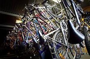 Foto: NICKBLACKMONMånga trasiga cyklar. När GD hälsade på hos AME Varva på Kristinaplan hängde fler än 200 upphittade cyklar från taket.