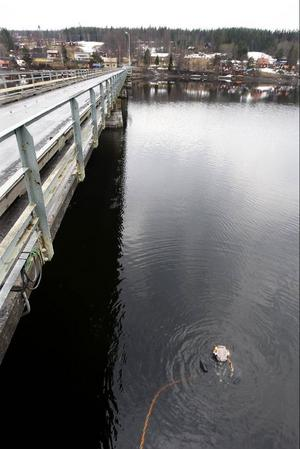 Att bygga nytt är alltid roligt men sen kommer underhållet och det kommer fort ibland. Nu fuskade man inte när gamla Litsbron byggdes, men bara 1295 meter därifrån, i annan bro, har säkert byggarna tangerat detta, skriver Sture Björk. Foto: Jan Andersson