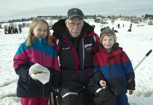 Lars-Erik Svahn, Timrå, med barnbarnen Angelina Norling, 8, och William Norling, 5.