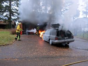 FotI den bil som började brinna fanns en hund i bagageutrymmet. Hunden räddades av bilägaren. Foto: Mora Brandkår