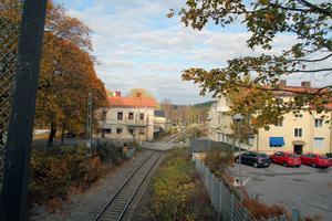 Flera äldre och några yngre hus föreslås rivas när dubbelspåret byggs genom Hudiksvall. Trähusen till vänster är från 1870- och 1880-talen med senare tillbyggnader.