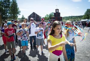 Kulturskolan marscherar in på gruvområdet vid nationaldagsfirandet under måndagen.