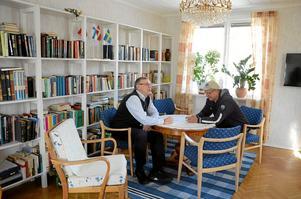 Möjligheter. Jorma Veijalainen och Juhani Siimes slår sig ner i föreningens bibliotek för att prata en stund.