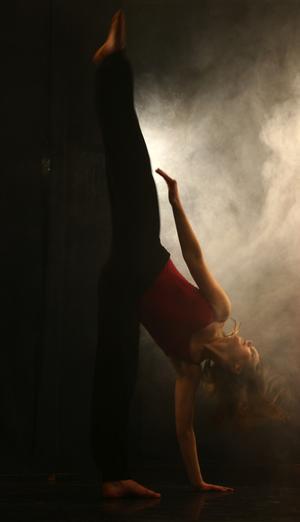 Musikvideo. Malin Rönnerman är den första danseleven från Mora som gått Kungliga svenska balettskolan i Stockholm. Nu är hon med i en udda musikvideo inspelad i Mora. Foto:AndreasAndersson