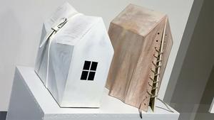 """""""Livrem"""" och """"Övertäckt"""" – byggnader är också en sorts plagg som kan kännas trånga ibland."""