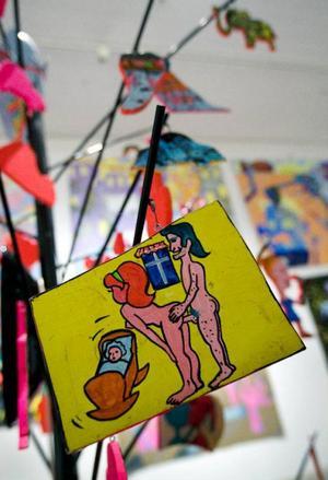 Kristina Abelli Elanders jättemålningar täcker en hel vägg och framför står hennes