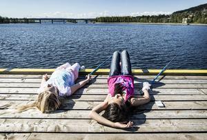 Fisken är svårflörtad så Stella Rodling-Svanberg och Elise Jonsson passar på att njuta av högsommarvärmen.