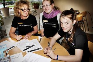 – Vem vill ha hårig tunga? undrar Stina Andersson (mitten), som liksom Katarina Hedberg är tobaksfri ambassadör. Marianne Hellgren gläds åt uppslutningen.