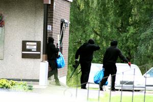 Med bytet i två IKEA-kassar lämnar de tre rånarna banken i Töcksfors.