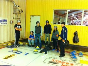Ett 25-tal personer provade på att spela curling när Curlinghallen höll öppet hus under tisdagskvällen.