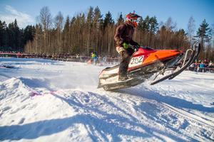 Tomas Eriksson, Älgered, Bergsjö, flyger över dubbelhoppet och har en betryggande ledning.