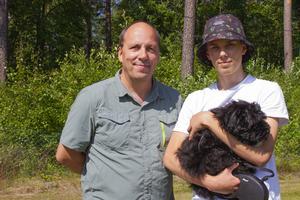 Per Frisk laddar upp inför fotbollsmatchen tillsammans med sin son Lucas.