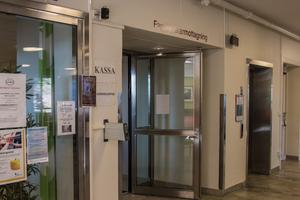 I kassan på vårdcentralen Mitt Hjärta bekräftar de att de fått nya direktiv och att det nu går bra att betala med kontanter.