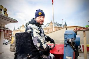 Patrik Åkerlund är inte bara vd på entreprenadföretaget Åkerlund. Han kör även ismaskinen.