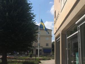 Stadshuset i Kumla flaggar på halvstång.