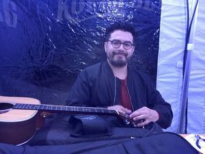 Chris Medina byter strängar på sin gitarr före uppträdandet på Kopparbergsfestivalen.