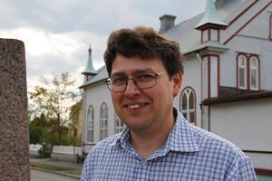 Byggnadsantikvarie Daniel Olsson – här intill baptistkapellet Ebeneser i Ljusdal – vill gärna lyfta fram unika detaljer i Hälsinglands kyrkor, såsom klockstaplar, predikstolar eller byggnadsstilar.