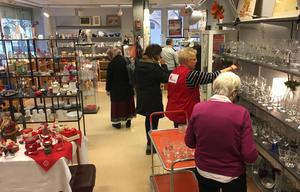 Röda Korsets second hand-butik i Västerås säljer varor i snitt för mellan 40 000 och 50 000 kronor i veckan, enligt kassören Yvonne Arlestrand-Lundgren.