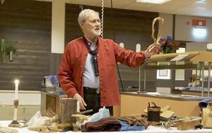 Tage Lundqvist visar en så kallad get-trail, ett halsband för getter som gjorts av vide. Foto: Sylvia Berg