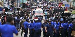 Poliser på Sri Lanka röjer vägen så att ambulansen med skadade kan ta sig förbi. Foto: Eranga Jayawarden / TT