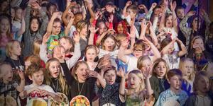 """Årskurs två och kulturskolan i Köping under konserten """"Mat för miljoner"""" tidigare i år."""