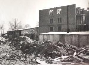 Salabostäders hyreshus längs Hyttgatan är på väg att ta form, brandstationen till vänster.