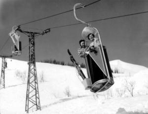 Så här såg Åres linbana ut 1954.  Märtha Ingolf och Margareta Taube, åkte linbanan som var 960 meter lång, hade 56 korgar som med en hastighet av 1, 25 meter i sekunden kunde transportera 250 personer i timmen. Foto: Scanpix