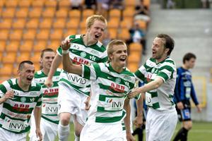 Oscar Pehrsson firar ett mål i VSK-tröjan. Mittbacken spelade i Grönvitt 2006-2012. Foto: Arkiv
