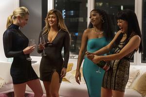 Ramona (Jennifer Lopez) och Destiny (Constance Wu) startar eget och lurar rika Wall Street-snubbar i