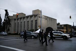Poliser som går utanför The Tree of Life-synagogan efter den dödliga skjutningen i den, 27/10 2018 i Pittsburgh, USA. Foto: AP Photo/Matt Rourke.