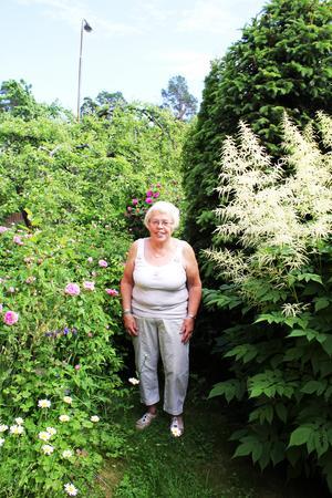 Gunilla har planterat en salig blandning växter i sin trädgård.