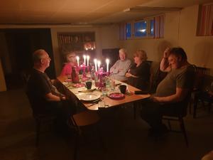 Med levande ljus blev julstämningen mysig under julmiddagen.