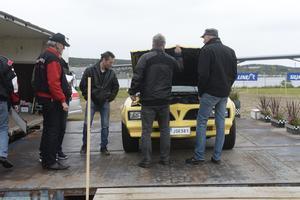 Domarna studerar en Pontiac Firebird Formula från 1977 och som ägs av Björn Persson från Kvissleby.