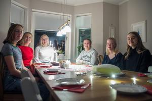 Traditionsenlig fika när årets lucia avslöjats fick Stina Lassfolk, Judith Timan Olofsson, Alice Holmquist, Moa Månsson (förra årets lucia), Siri Svensson och Mindra Hylander.