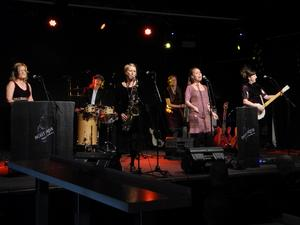 Violet Green lyfter fram kvinnlig musikhistoria i en konsert som också kan kallas föreställning eller show, men också lektion.Foto: Lennart Götesson