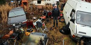 Klas-Gunnar Pihl i Gåstjärnsberget, nära Graninge, är bekymrade över nedskräpningen som skett på granntomten till honom. Foto: Jonny Dahlgren/arkivbild