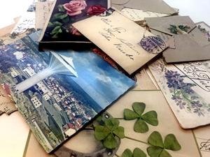I en stor låda har NA-läsaren Maiken Mattisson sparat sina bortgångna släktingars gamla brev och vykort.