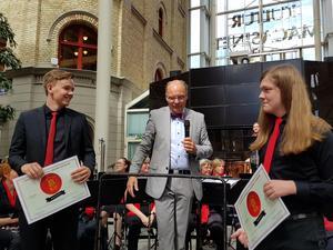 Solisterna Marin Stenström och Isak Jonsson fick också stipendium från blåsorkestern. Bild: Ulla Hörnell