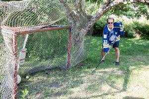 Jarmo Mäkitalo, i matchtröjan från jubileumsmatchen 2009, vid målburen i hans trädgård.