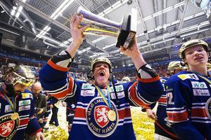 Niclas Lundgren jublar efter att ha varit med och vunnit SM-guld med Växjö. Där och då fick han fira guldet tillsammans med sin familj och hans pappa var frisk.