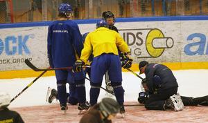Ledare får tillkallas för att se över skadan och efter en stund reser sig knattespelaren upp och fortsätter träningen.