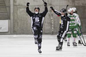 Sandvikens Christofer Edlund jublar med Dennis Henriksen efter sitt 6-4 mål.