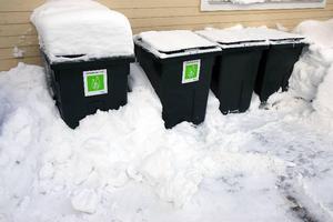 De som inte fick sina sopor hämtade ska låta tunnorna stå ute och försöka få undan snön runt dem.