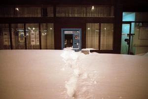 En liten stig hade trampats upp till bankomaten. Foto: Lars Nyqvist.
