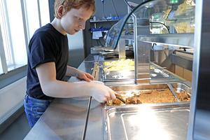 Oskar Wigert, elev på Kyrkbacksskolan, tycker att skolans nya matsal är jättebra.