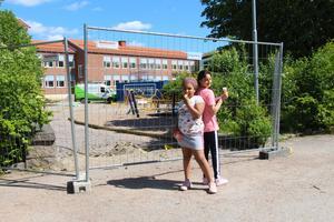 Noella Sandström och Bahar Azimi, 3A, är några av de som ser fram emot att få använda den nya studsmattan till hösten. Foto: Julia Frost Nylén